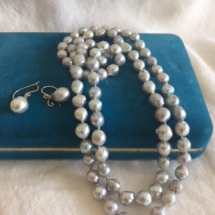 Beautiful Baroque gray cultured strand of 84 pearls and matching earrings, with diamonds